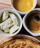 Pannkakor med vit ost för lokal bihonung och closeupen för svart kaffe sköt från över Arkivbild
