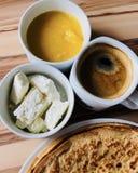 Pannkakor med vit ost för lokal bihonung på fokus och svart kaffe sköt från över Fotografering för Bildbyråer