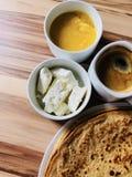 Pannkakor med vit ost för lokal bihonung med svart kaffe Arkivfoton