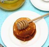 Pannkakor och honung Royaltyfria Bilder
