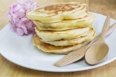 Pannkakor och rosa vanlig hortensiablommor Arkivfoton