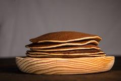 Pannkakor på träplattan arkivbilder