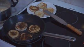 Pannkakor som bränns i en stekpanna stock video