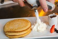 Pannkakor som förbereder sig Royaltyfri Foto