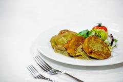 Pannkakor som göras från potatisar med en garnering på en platta Royaltyfria Bilder
