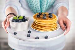 Pannkakor stänger sig upp, med ny blåbär och lönnsirap Royaltyfria Foton
