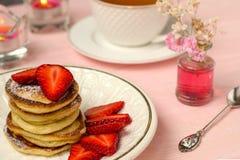 Pannkakor staplar med jordgubbeskivor Fotografering för Bildbyråer