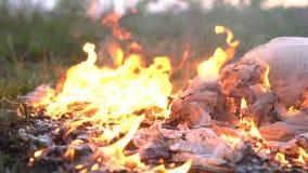 Panno bianco bruciante o vestito su terra stock footage