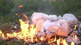 Panno bianco bruciante o vestito su terra archivi video