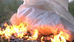 Panno bianco bruciante o vestito su terra video d archivio