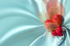 Panno blu del raso con i cuori del biglietto di S. Valentino Fotografia Stock