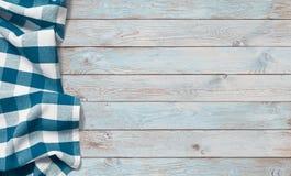 Panno blu di picnic sulla tavola di legno immagini stock