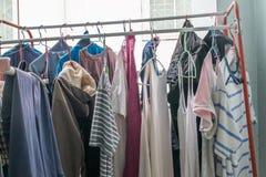 Panno che appende sulla corda da bucato al balcone dell'interno dopo il lavaggio Fotografia Stock Libera da Diritti