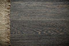 Panno d'annata di insaccamento sul bordo di legno immagine stock libera da diritti