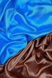 Panno di seta blu e marrone degli ambiti di provenienza astratti ondulati Immagine Stock