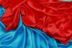 Panno di seta blu e rosso degli ambiti di provenienza astratti ondulati Fotografia Stock Libera da Diritti