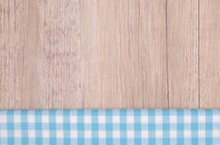 Panno a quadretti blu-chiaro su legno Fotografie Stock Libere da Diritti