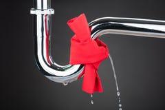 Panno rosso legato sul tubo di perdita immagine stock libera da diritti