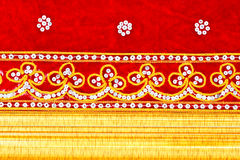 Panno rosso, ricamato e blocco per grafici di legno dell'oro Immagini Stock Libere da Diritti