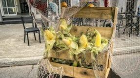 Pannocchie del granoturco dolce in una scatola di legno Immagini Stock