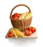 Pannocchie di cereale e della merce nel carrello dei pomodori Immagini Stock