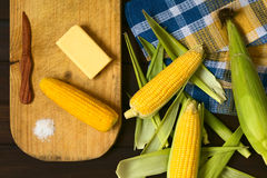 Pannocchie di mais crude e cucinate Fotografie Stock
