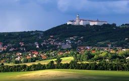 Pannonhalma abbotskloster med staden, Ungern royaltyfri fotografi