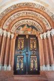 PANNONHALMA, HUNGRÍA - 28 DE JULIO DE 2016: Entran adornado rico de la puerta Fotos de archivo libres de regalías