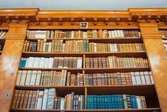 PANNONHALMA, HUNGRIA - 28 DE JULHO DE 2016: Interior da biblioteca da abadia, Imagem de Stock