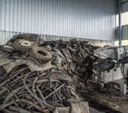 Pannor för pyrolys, att bearbeta och förfogande av gamla gummihjul Industriellt foto Royaltyfri Bild