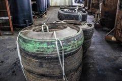 Pannor för pyrolys, att bearbeta och förfogande av gamla gummihjul Industriellt foto Royaltyfri Foto