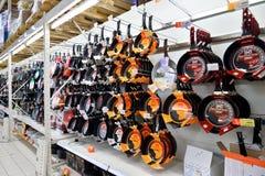 Pannor hänger på räknaren i försäljningsområdesstormarknaden Karusel Royaltyfri Foto