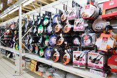 Pannor som hänger på räknaren av karusellen för shoppagolv Fotografering för Bildbyråer