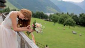 Panny młodej blondynka relaksuje podczas gdy patrzejący górę kilka dni ubranie szczęśliwy roczna ślub zbiory wideo