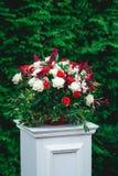 panny młodej ceremonii kwiatu ślub Kolumna, dekorująca z bukietem czerwone i białe róże w ślubnej ceremonii terenie, Zdjęcie Stock