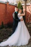 panny młodej fornala całowania park para nowożeńcy państwo młodzi przy ślubem w natury zieleni lesie całuje fotografia portret Zdjęcie Stock