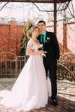 panny młodej fornala całowania park para nowożeńcy państwo młodzi przy ślubem w natury zieleni lesie całuje fotografia portret Zdjęcie Royalty Free
