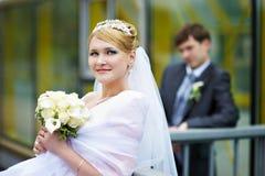 panny młodej fornala szczęśliwy parkowy spaceru ślub Zdjęcie Royalty Free