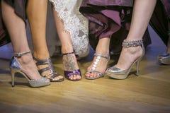 Panny młodej gosposi buty przy ślubem zdjęcie royalty free