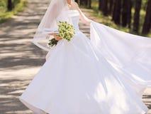 Panny młodej kłębienie w Ślubnej sukni zdjęcia royalty free