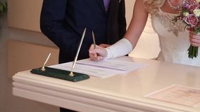 Panny młodej kładzenia podpis w ślubnego świadectwo zbiory