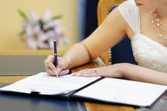 panny młodej licencja małżeństwa podpisywanie Obrazy Stock