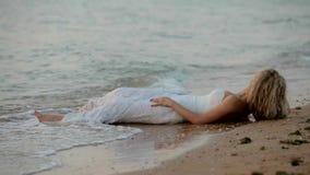 Panny młodej lying on the beach na plaży zbiory wideo