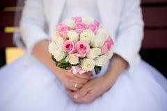 Panny młodej mienia ślubu kwiaty Zdjęcie Stock