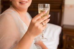 _ panny młodej mienie szampański szklany Obrazy Royalty Free