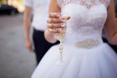 panny młodej mienie szampański szklany Piękny manicure Obraz Royalty Free
