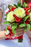 Panny młodej mienie w ręka ślubnym bukiecie Obrazy Stock