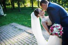 panny młodej pary sukni fornala podłogowe ręki trzyma przyglądającego portreta romantycznego obsiadanie nadają się up jest ubrany Fotografia Stock