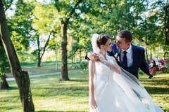 panny młodej pary sukni fornala podłogowe ręki trzyma przyglądającego portreta romantycznego obsiadanie nadają się up jest ubrany Zdjęcie Royalty Free