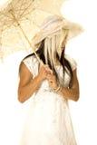 Panny młodej pozycja z parasolowym spojrzenie puszkiem popierać kogoś Fotografia Royalty Free